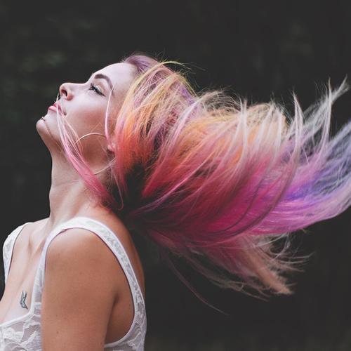 Vuoi cambiare colore di capelli? Scopri come scegliere la tinta perfetta per te
