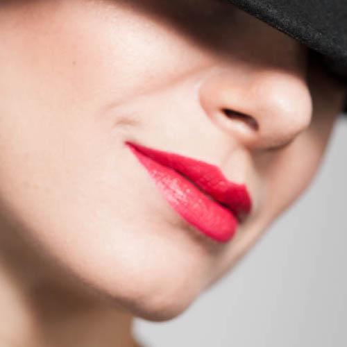 Rossetto rosso: scopri cinque diversi modi di indossarlo!