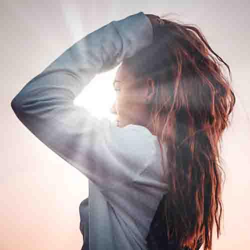 Cambio di stagione: rimedi alla caduta dei capelli nelle donne