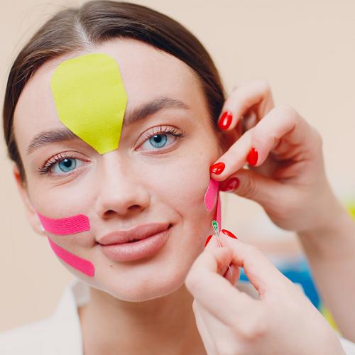 """Face taping, una tecnica che aiuta a """"camuffare"""" le linee di espressione"""